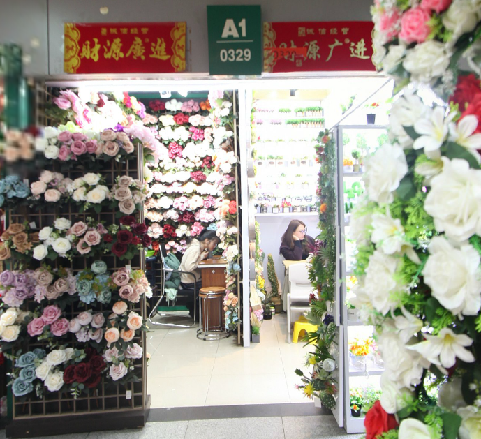 2 suppliers share 1 shop in Yiwu artificial flowers market