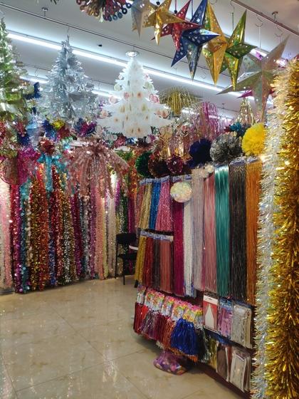 9131 JINGXITE Tinsel Metallic Garland Showroom 001