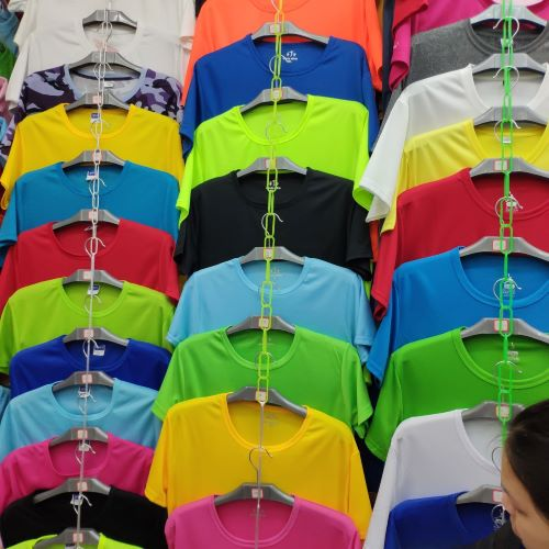 T-shirts suitable for dollar stores are wholesaled in Yiwu Huangyuan clothes market