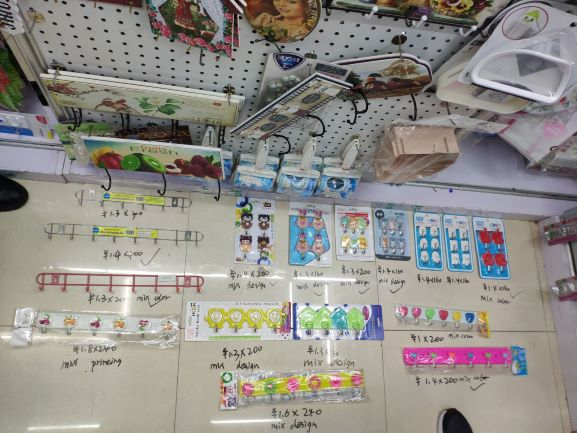 Select wholesale dollar store items in Yiwu market, China