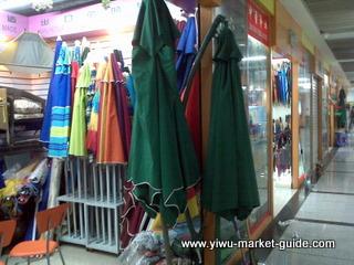 beach umbrella and outdoor umbrella wholesale in Yiwu market