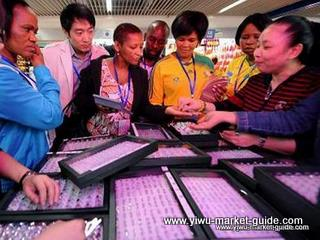 overseas buyers are selecting rings inside yiwu jewelry market