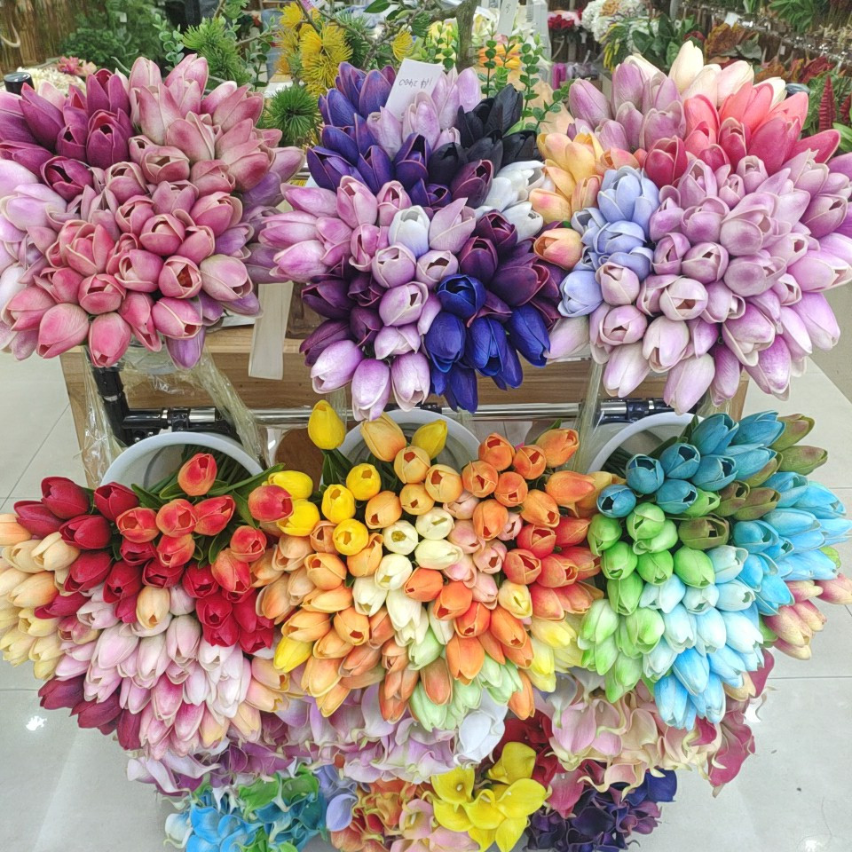 Same tulips in Yiwu artificial market priced for 1.10RMB