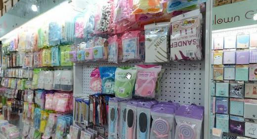 Dollar store beauty tools are wholesaled at Xingzhong Street